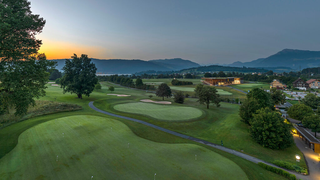 Blick von der Terrasse über den Golfplatz in die Berge